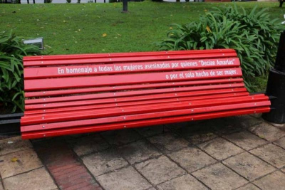 Pintaron un banco de rojo contra los femicidios en La Paternal